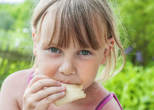 Bella bambina che mangia il gelato Fotografia Stock Libera da Diritti