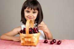 Bella bambina che mangia le ciliege Fotografie Stock Libere da Diritti