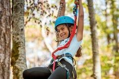 Bella bambina che scala nel parco di avventura, Montenegro fotografie stock libere da diritti