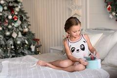 Bella bambina che si siede vicino all'albero di Natale Fotografie Stock