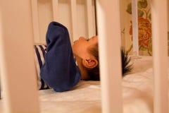 Bella bambina che si trova sul letto fotografie stock