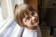 Bella bambina con gli occhiali intelligenti fotografie stock libere da diritti