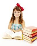 Bella bambina con i libri di scuola sulla tavola Immagine Stock