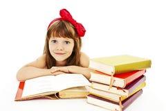 Bella bambina con i libri di scuola sulla tavola Immagine Stock Libera da Diritti