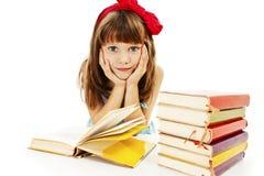 Bella bambina con i libri di scuola sulla tavola Fotografie Stock