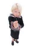 Bella bambina con il fronte arrabbiato ed il pugno in su che portano il nero Immagini Stock Libere da Diritti