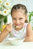 Bella bambina con minestra Fotografia Stock