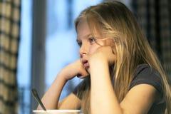 Bella bambina con un libro Immagini Stock Libere da Diritti