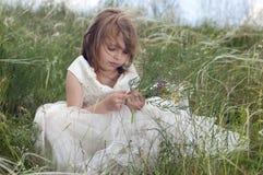 Bella bambina di Fairy-tale su un prato inglese Fotografia Stock Libera da Diritti