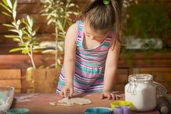 Bella bambina divertendosi cottura Immagine Stock Libera da Diritti
