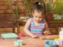 Bella bambina divertendosi cottura Immagine Stock