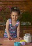 Bella bambina divertendosi cottura Immagini Stock