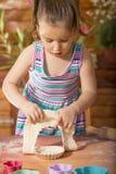 Bella bambina divertendosi cottura Fotografie Stock
