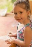 Bella bambina divertendosi cottura Fotografia Stock