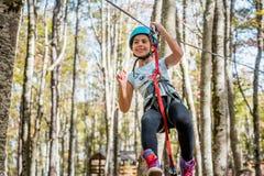 Bella bambina divertendosi nel parco di avventura, Montenegro fotografia stock libera da diritti