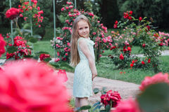 Bella bambina nel giardino di fioritura Immagini Stock Libere da Diritti