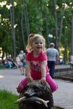 Bella bambina nel parco Immagini Stock Libere da Diritti