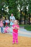 Bella bambina nel parco Immagini Stock