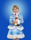Bella bambina nella ragazza della neve del vestito immagine stock libera da diritti