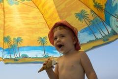 Bella bambina sulla natura che mangia il gelato Fotografia Stock