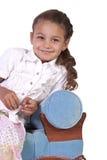 Bella bambina sveglia che posa su un fondo isolato fotografia stock