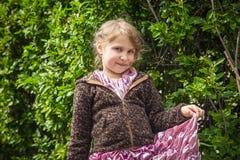 Bella bambina in un vestito rosa nella chiesa cattolica immagini stock