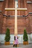 Bella bambina in un vestito rosa nella chiesa cattolica fotografie stock