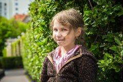 Bella bambina in un vestito rosa nella chiesa cattolica immagini stock libere da diritti