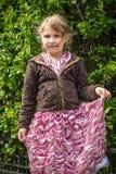 Bella bambina in un vestito rosa nella chiesa cattolica fotografia stock