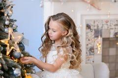 Bella bambina in un vestito stupefacente Fotografie Stock Libere da Diritti