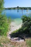 Bella banca di fiume Acqua pura fotografia stock