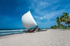 Bella barca nella spiaggia in Trincomalee fotografie stock