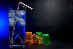 Bella bevanda operata del cocktail in un vetro di Highball con i vetri blu del tiratore e della luce fotografie stock