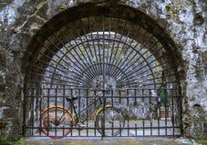 Bella bicicletta in rovine conservate di Santiago forte, Manila, Filippine fotografia stock libera da diritti