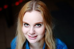 Bella bionda che solleva la sua testa, sorridente nella macchina fotografica Fotografie Stock Libere da Diritti