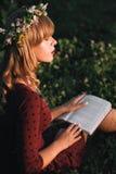 Bella bionda con il profilo del libro, spazio della copia Immagini Stock