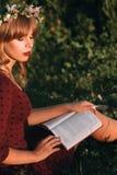 Bella bionda con il profilo del libro, spazio della copia Fotografia Stock