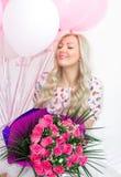 Bella bionda con un mazzo delle rose dei fiori e con le palle rosa e bianche Emozioni allegre celebrazione fotografia stock libera da diritti
