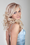 Bella bionda sexy in un vestito blu fotografia stock libera da diritti