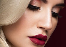 Bella bionda in un modo di Hollywood con i riccioli, labbra rosse Fronte e capelli di bellezza fotografia stock