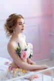 Bella bionda in vestito dei fiori Fotografia Stock Libera da Diritti