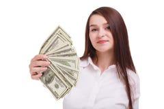 Bella brunetta con i dollari su un fondo bianco Giovane donna di affari che mostra soldi sulla camma Immagini Stock