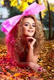 Bella bugia etnica delle giovani donne su un'erba Fotografia Stock Libera da Diritti