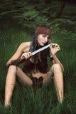 Bella cacciatrice selvaggia nella foresta fotografie stock