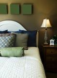 Bella camera da letto dell'hotel o della casa fotografie stock