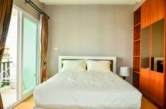Bella camera da letto moderna dell'hotel e della casa Fotografia Stock