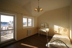 Bella camera da letto nei toni bianchi Fotografia Stock