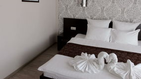 Bella camera di albergo con un letto matrimoniale archivi video