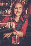 Bella cameriera al banco della testarossa Fotografia Stock Libera da Diritti