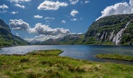 Bella campagna norvegese, con le rocce, il lago e le montagne Immagine Stock